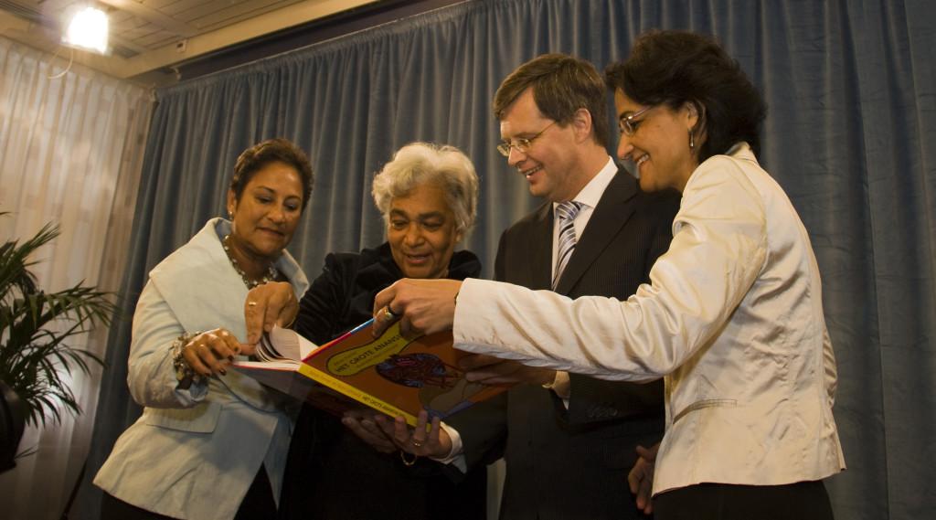 Aanbieding eerste exemplaar aan premier Jan-Peter Balkenende op 12 mei 2010