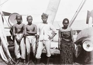 Javaanse immigranten aan boord van een schip onderweg naar Suriname. Stichting Nationaal Museum van Wereldculturen.Coll.nr. TM-10019020