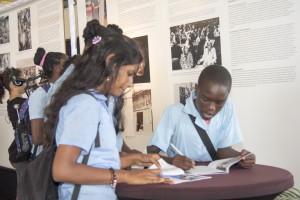 Leerlingen aan het werk tijdens het bezoek aan de tentoonstelling