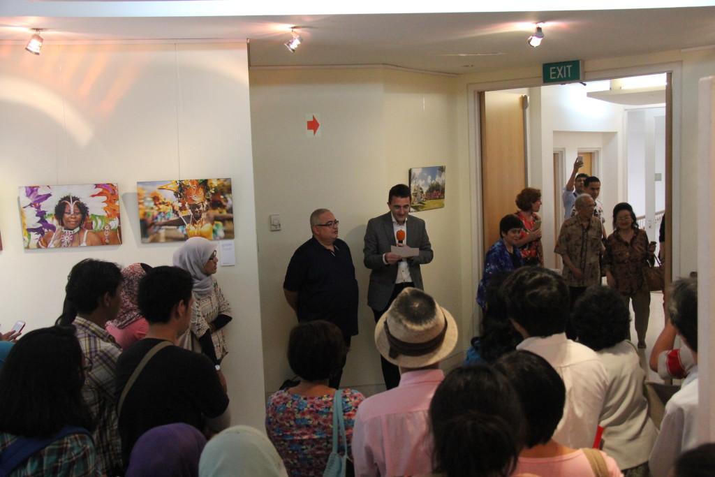 Deel van het publiek bij de opening van de fototentoonstelling Dushi Tera